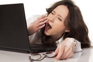 Computer benötigt dringend Computeroptimierung, Frau gähnt während des Wartens